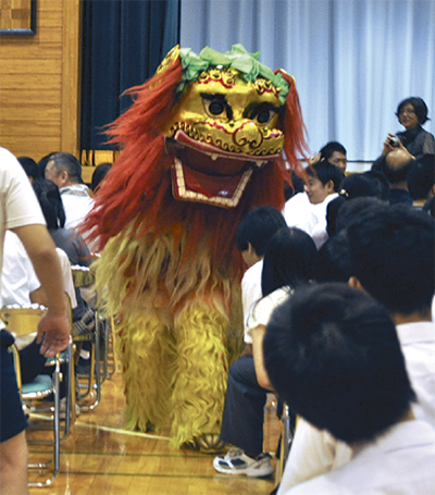 獅子の舞いに歓声