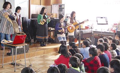 民族音楽を児童に披露