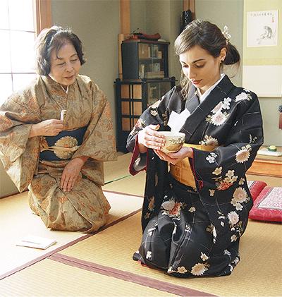 伊留学生に茶道体験