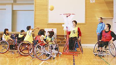 車椅子バスケ選手と交流