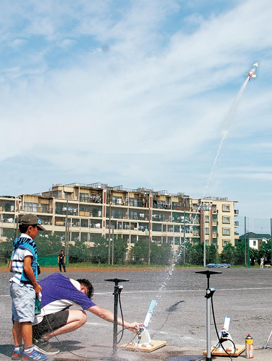 水ロケット、青空へ