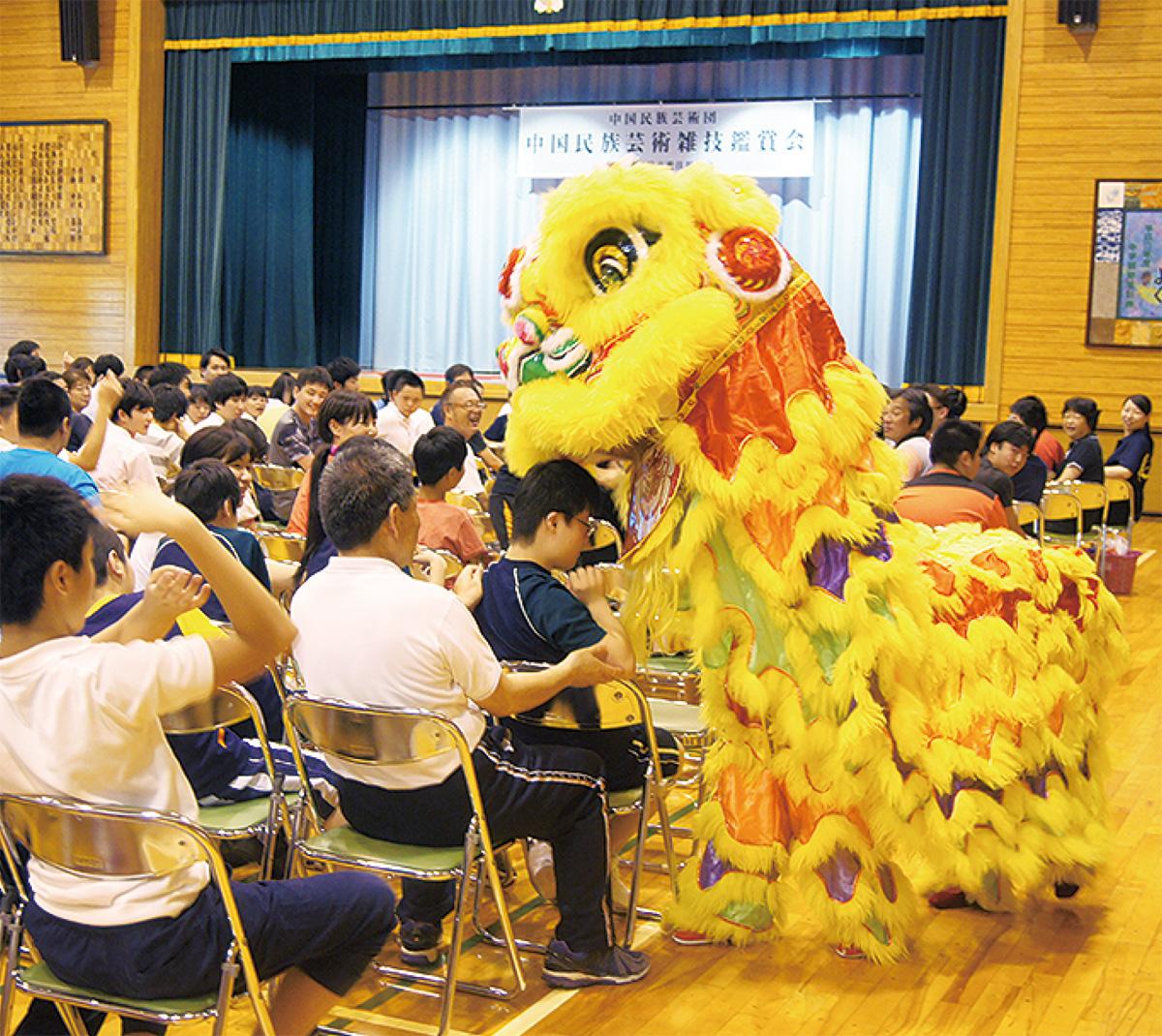 中国雑技、子ども500人に