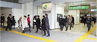 通勤客などで混み合う朝の駅
