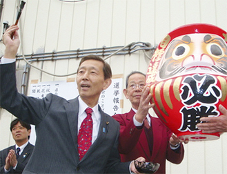 事務所前で笑顔の田島氏
