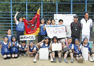 優勝した西丸子シャインズ・サファイアのメンバー