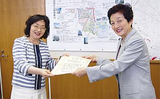 区長から感謝状を受け取る橋本さん(右)