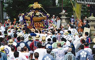 大神輿に多くの人が集まる
