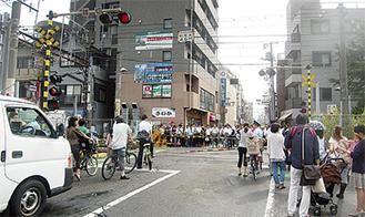 朝の通勤・通学時は車道にも多くの人