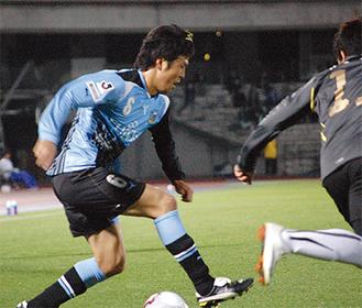 ドリブルをしかける田坂選手
