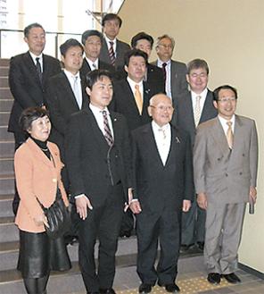 松本会長(前列中央右)と姫路市職員ら