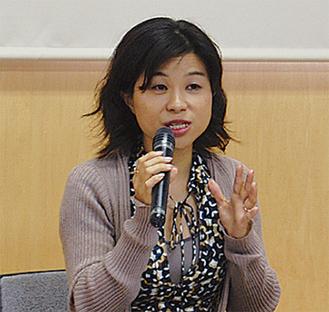 講演するロー紀子さん