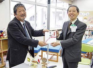 坂口会長(左)から目録