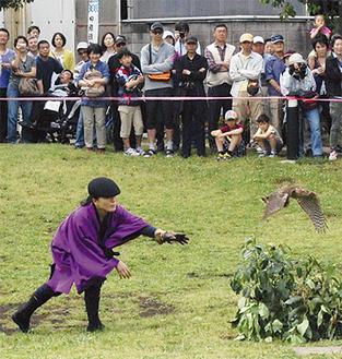 多くの観客が集まった鷹狩りの実演