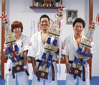 優勝した入来さん(中央)と郷内さん(右)、浦中さん