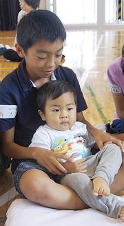 緊張しながら抱っこする児童