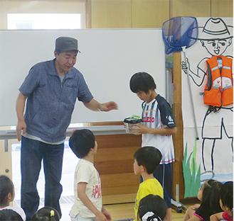 児童と触れ合う中本さん