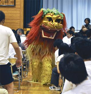 獅子舞が練り歩き、会場を沸かせた
