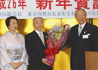 花束を受け取る持田さん(中央)