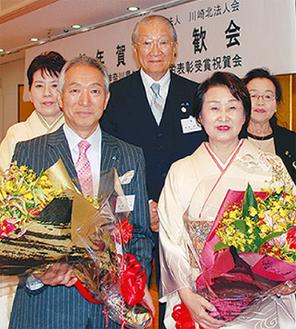 花束を手にする井田さんと朝山さん