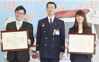 高嶋署長(中央)から表彰された2人