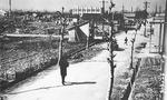 終戦後の医大通り。奥に見える医大病院白亜館までの300m四方の人口密集地域は焼け野原となった(小野理容店提供)