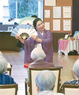 高齢者施設で踊る花柳さん