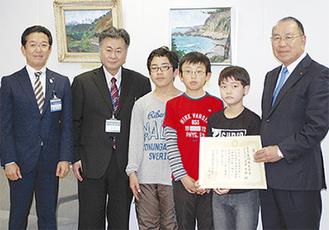 感謝状を受ける遠藤代表(右)