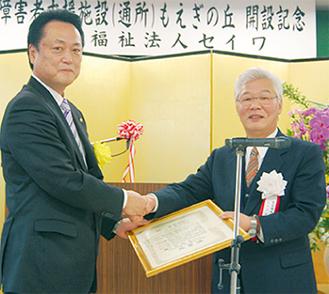 石野理事長(右)から内藤ハウスの伊藤誠二横浜支店長に感謝状