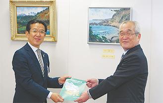 板倉さんから区長に報告書が渡された