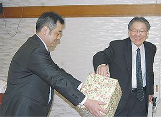 抽選する佐藤会長(右)