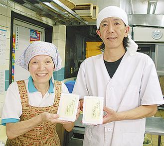 豆腐を手にする上重さん(右)と母・征子さん