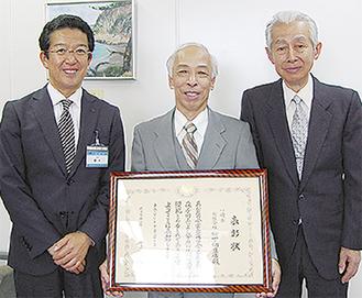 区長を訪ねた松下徳太郎さん(中央)