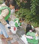 子どもも一生懸命ゴミ拾い