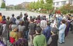 校庭に集まる避難者役の住民