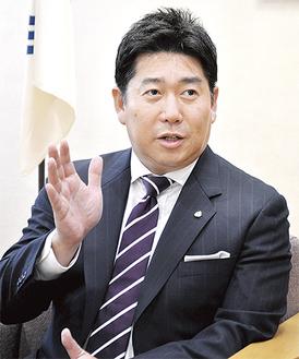 インタビューに答える福田市長