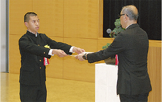 表彰された佐井さん(左)