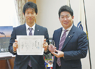 賞状を手にする小松代表理事(左)