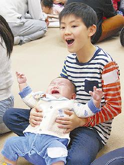 泣き出す赤ちゃんに戸惑う児童