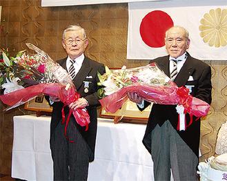 花束を手に田中氏(左)と徳丸氏