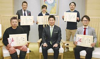 市長を囲み笑顔の受賞者(左手前が上島代表、右手前が新村代表)