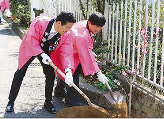 植樹をする松原会長(右)と鈴木区長