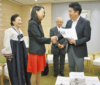 福田市長(右)に署名を手渡す市民団体のメンバー