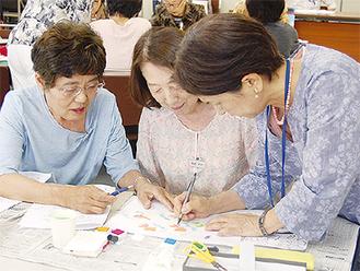 受講生に指導する古川さん(右)