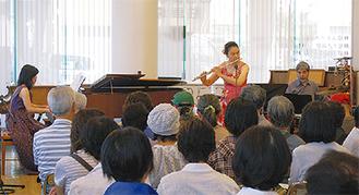 フルートを演奏する吉川さん