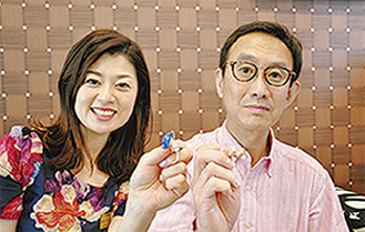 「満足しています」と喜ぶ平本さんと同店長谷川マネージャー(右から)