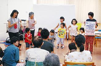 高齢者を前に元気に踊る子どもたち