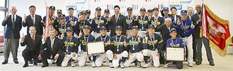 福田市長に優勝を報告した川崎ドリームと川崎ブルーソックスのメンバーら