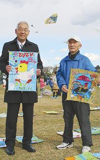 作品を持つ大谷理事長(左)と小笠原会長