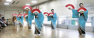 華やかに踊る日舞扇の会の会員