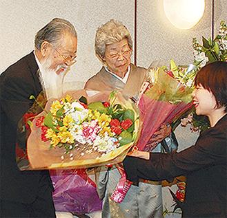 花束を受け取る森夫妻